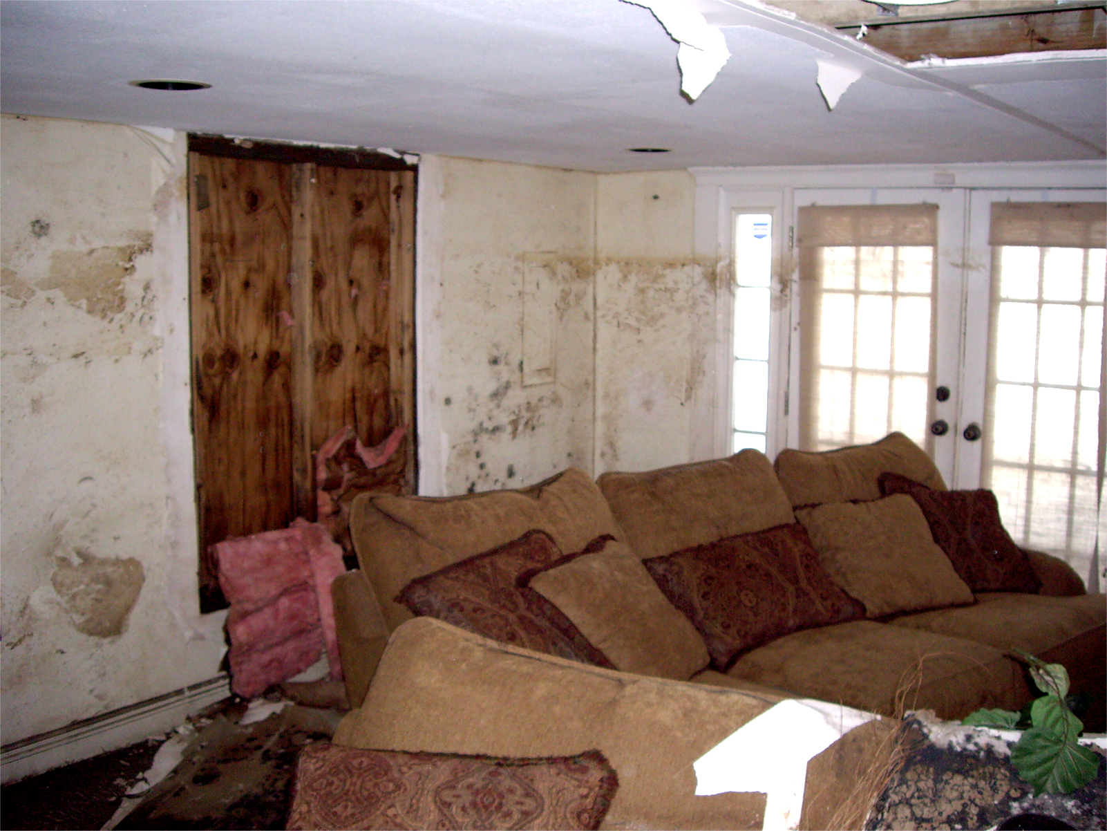 schimmel k che schimmelbefall hinter wandverbauten. Black Bedroom Furniture Sets. Home Design Ideas